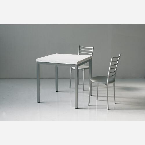 Tavolo in alluminio e legno nobilitato